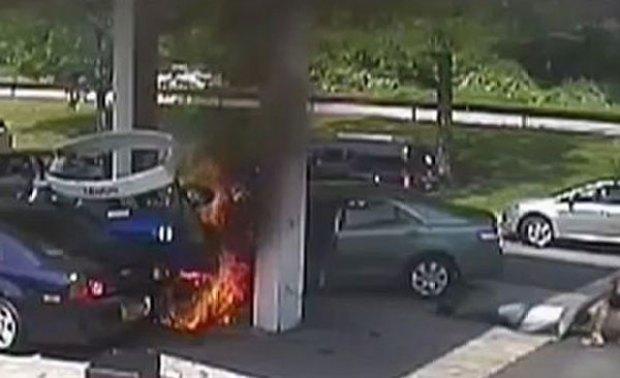 Video: Explota surtidor tras impacto de auto