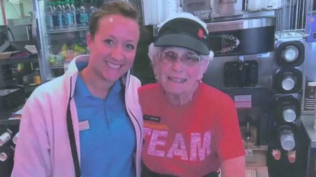 Mujer de 94 años lleva 44 en McDonald's... ¡y no se retira!