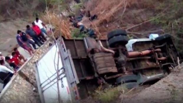 Tragedia: mueren 25 migrantes en vuelco de camión