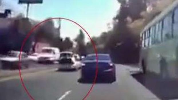 Video: secuestrado abre maletero de auto en movimiento y huye
