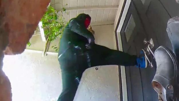 En Video: intenta entrar a residencia a la fuerza