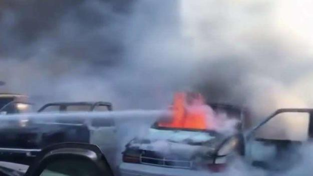 Incendio en deshuesadero de autos en San José