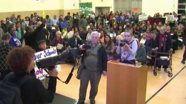 Padres y maestros se oponen a escuelas chárter en Oakland