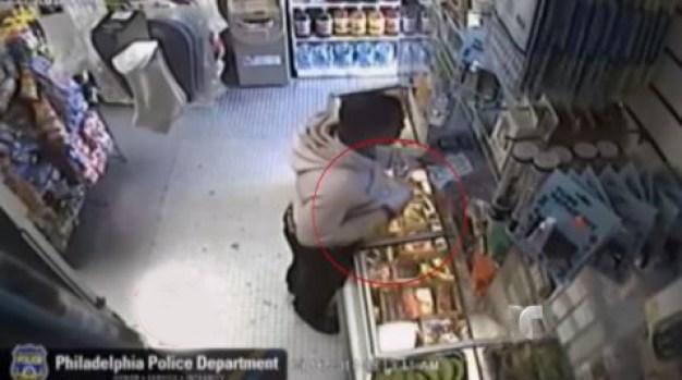 Video: Asaltante roba a punta de… ¿un banano?
