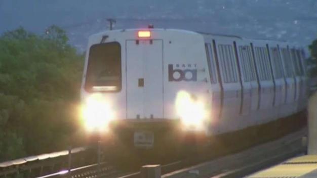 Persona es arrollada en las vías del tren del BART