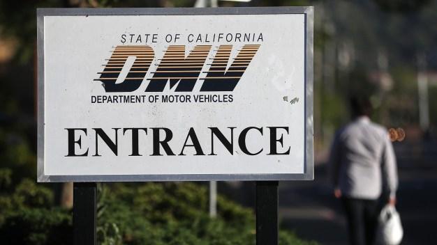 Gobernador de California anuncia cambios en DMV