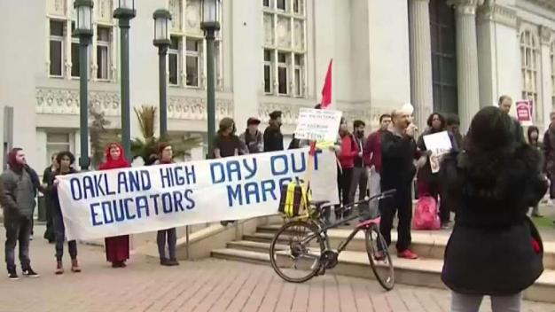 Docentes en Oakland exigen mejoras salariales