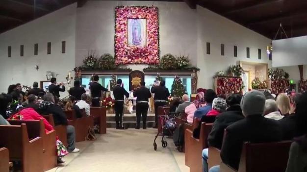 Hispanos se preparan para celebrar a la virgen de Guadalupe