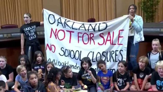 Exigen que se detenga el cierre de escuelas en Oakland