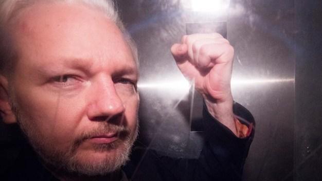 Con dificultades para hablar, Assange comparece ante jueza