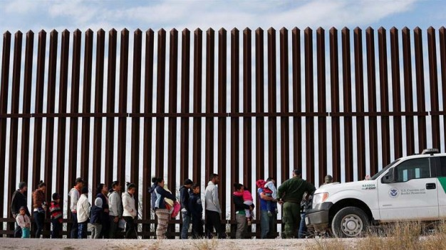 """¿Puede Trump deportar a """"millones"""" de indocumentados?"""