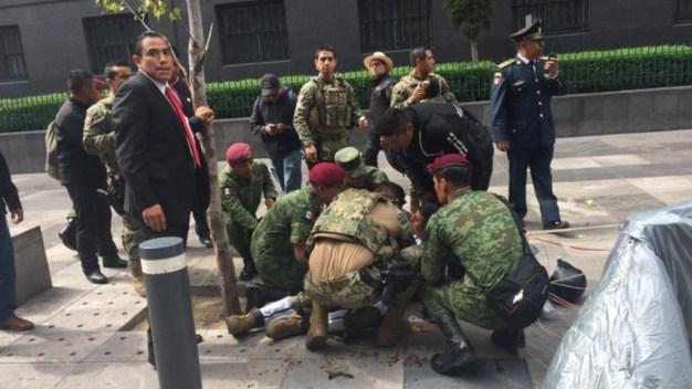 Paracaidista tiene grave caída durante el desfile militar