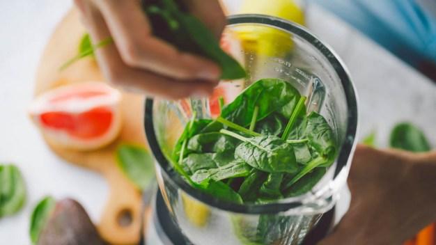 Retiran paquetes de espinaca por posible contaminación con salmonela