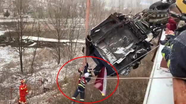 Inquietante: queda atrapado en camión colgando