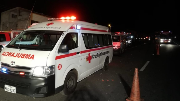 Autobús se estrella y mueren 23 personas en Ecuador