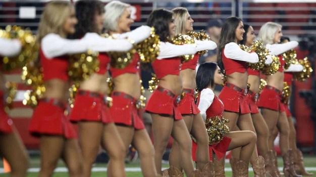 Quién es la porrista de la NFL que se arrodilla durante himno nacional