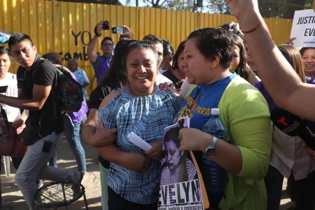 Salvadoreña condenada a 30 años por aborto recupera libertad