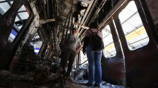 El metro en Santiago resurge en medio de más protestas