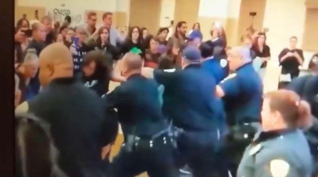 Protestan por agresiones en reunión escolar en Oakland