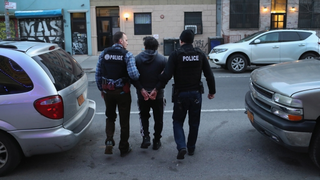 Más de 300 inmigrantes detenidos en redadas de ICE