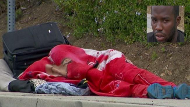 Duerme en la calle esperando una oportunidad