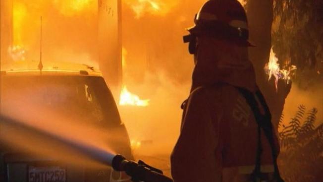 FEMA insta a víctimas de fuegos a registrarse para recibir ayuda