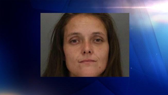 Policía: mujer roba auto con bebé de 8 meses dentro