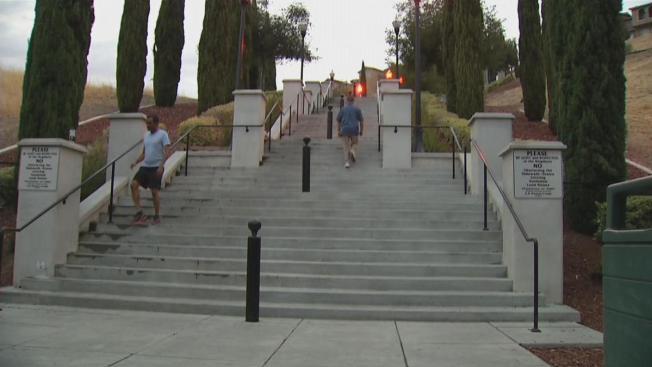 Buscan implementar horario para uso de escalera en Communications Hill
