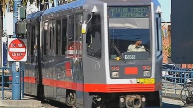 MUNI añade buses y trenes, expande servicio