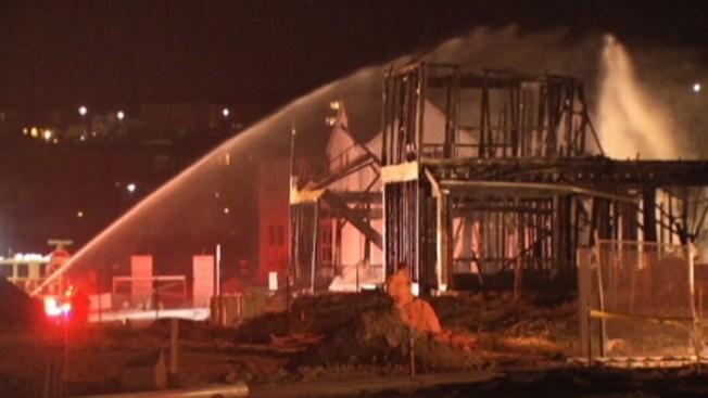Fuego arrasa con casas bajo construcción en Dublin