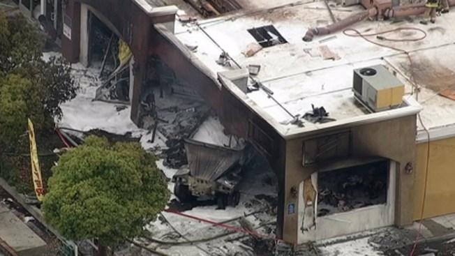 Camión choca contra restaurante mexicano