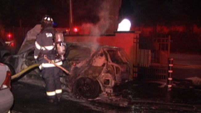 Auto queda destruido por incendio
