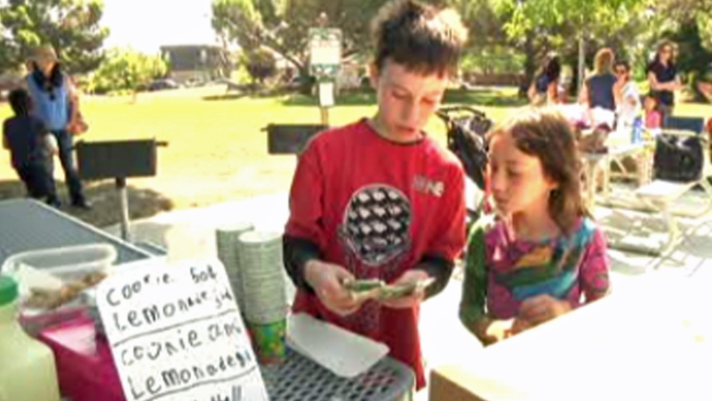 Con limonada y galletas, hermanos ayudan a niñera que enfrenta desalojo