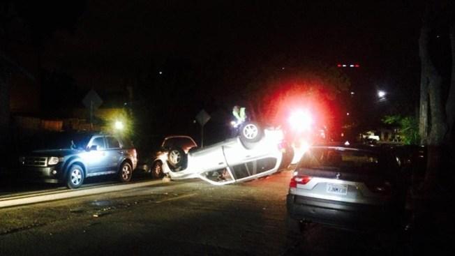 Sujeto maneja auto robado en sentido contrario, choca con SUV