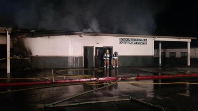 Incendio sospechoso provoca daños y cierre de escuelas