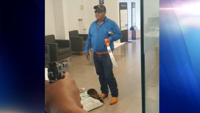 Provisto con armas, toma rehenes en un banco y lo abaten