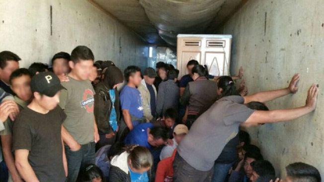 Hallan a 150 migrantes hacinados en un tráiler