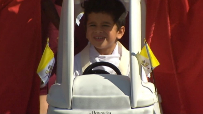 MiniFrancisco recrea la caravana papal