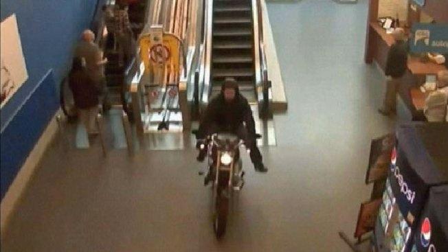 Motociclista se mete en mall y escapa de la policía