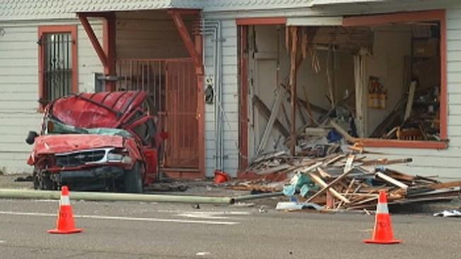 Oakland: auto se estrella contra vivienda