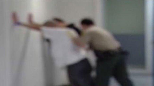 Agentes detenidos por maltratar a presos