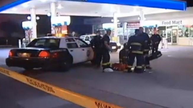 Queda atrapado bajo auto en gasolinera