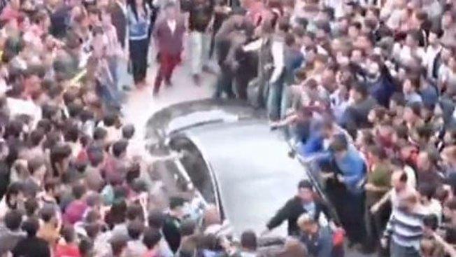 Multitud enojada ataca auto de ministro