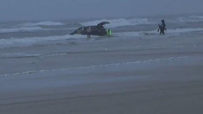 Madre lanza auto al mar, con sus 3 hijos