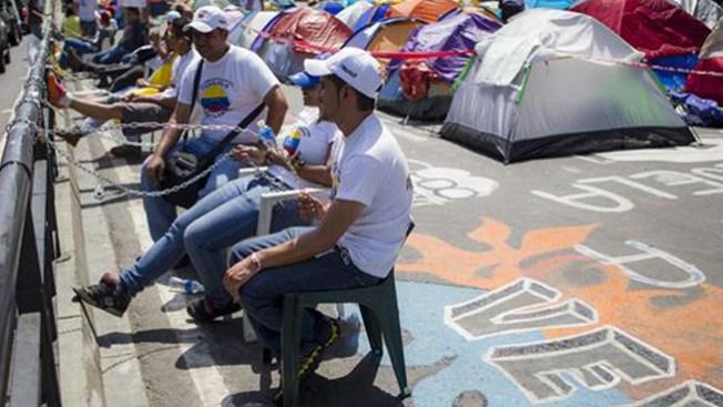 Venezuela: estudiantes se encadenan