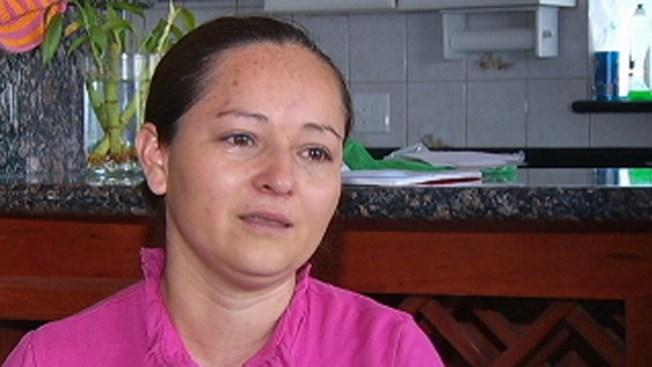 Familia salvadoreña huye de la violencia de su país
