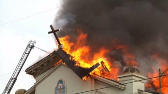 Investigan causa de fuego en iglesia