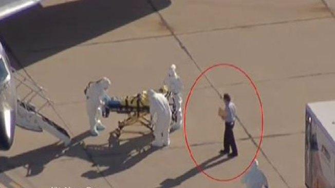 Ébola: ¿Quién es el señor de la carpeta?