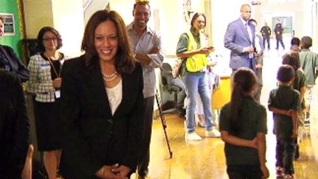 Kamala Harris visita escuela en Oakland