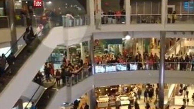 Hombre lanza billetes al aire en un mall